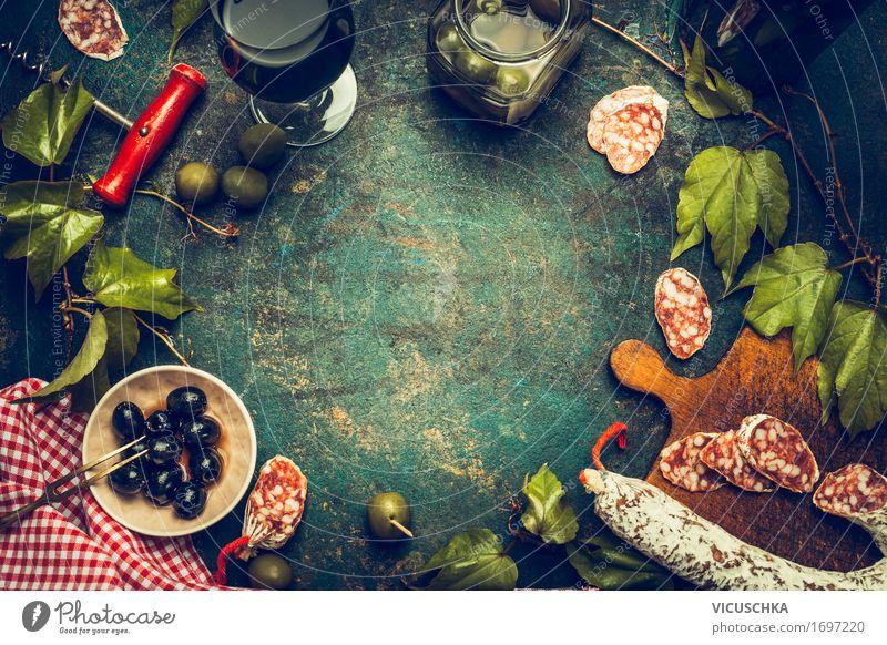 Italienisches Essen und Antipasti mit Wein, Salami , Oliven Speise Lifestyle Stil Lebensmittel Party Design Häusliches Leben Ernährung Glas Kräuter & Gewürze