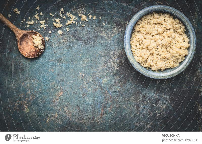 Gekochtes Quinoa in Schüssel mit Kochlöffel Gesunde Ernährung Foodfotografie Essen Stil Lebensmittel Design Getreide Bioprodukte altehrwürdig