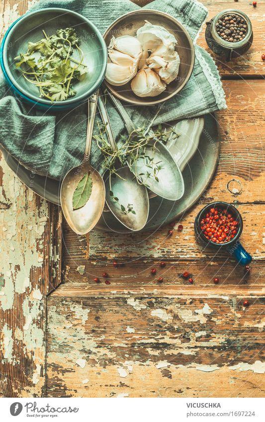 Alte Löffeln und rustikale Telller Innenarchitektur Hintergrundbild Stil Party Design Häusliches Leben Tisch retro Dinge Kräuter & Gewürze Küche Restaurant