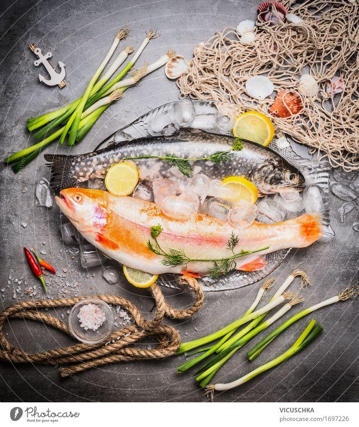 Rohe Forellen in Glasschale mit Eiswürfeln Gesunde Ernährung Foodfotografie Stil Lebensmittel Design Ernährung Tisch Beton Kräuter & Gewürze Fisch Küche kochen & garen Gemüse Bioprodukte Restaurant Geschirr