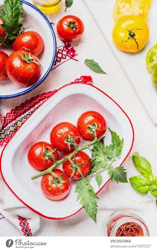 Bunte Tomaten in emaille Schalen Lebensmittel Gemüse Salat Salatbeilage Ernährung Mittagessen Büffet Brunch Bioprodukte Vegetarische Ernährung Diät Geschirr