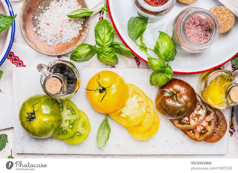 Geschnitten bunte Tomaten mit Zutaten Sommer Gesunde Ernährung gelb Leben Stil Lebensmittel Party Design Glas Tisch Kräuter & Gewürze Küche Gemüse Bioprodukte