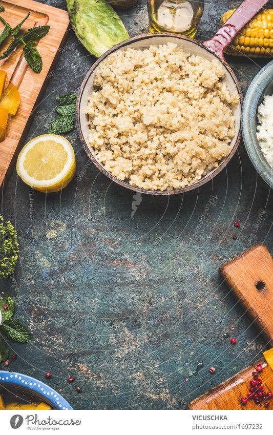 Gekochte Quinoa in rustikalem Kochtopf Lebensmittel Gemüse Salat Salatbeilage Getreide Ernährung Mittagessen Festessen Bioprodukte Vegetarische Ernährung Diät