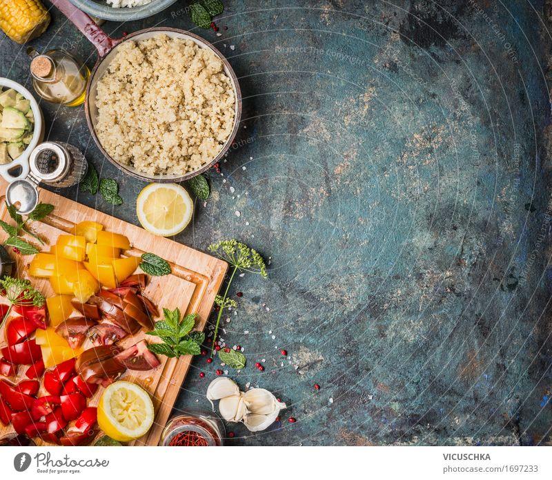 Gekochte Quinoa in Kochtopf mit frischen Zutaten für Salat Lebensmittel Gemüse Salatbeilage Getreide Kräuter & Gewürze Öl Ernährung Mittagessen Abendessen