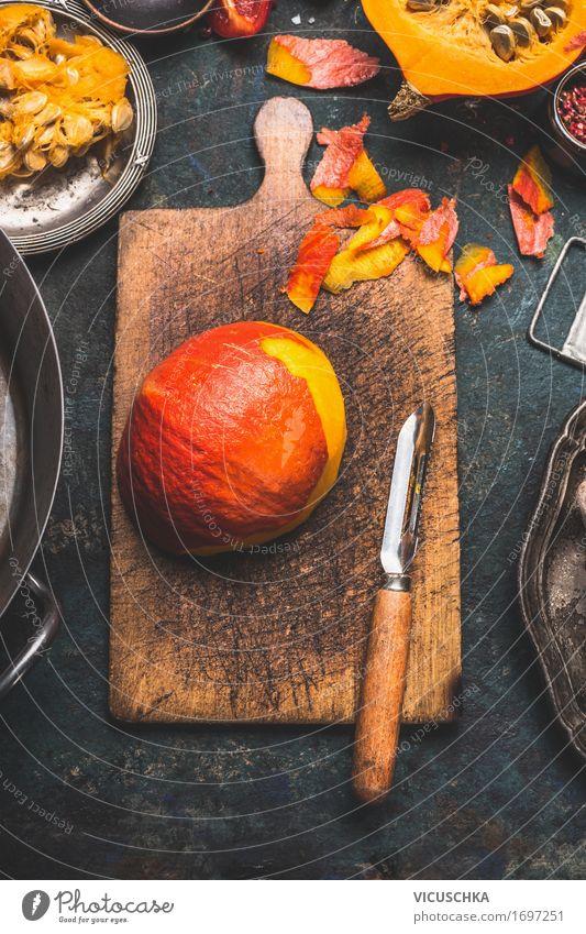 Hokkaido Kürbis auf rustikaler Schneidebrett Lebensmittel Gemüse Ernährung Mittagessen Abendessen Festessen Bioprodukte Vegetarische Ernährung Diät Geschirr