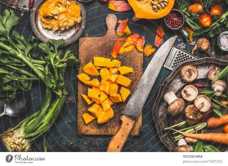Gehackte Kürbis auf rustikale Schneidebrett mit Küchenmesser Gesunde Ernährung Winter gelb Leben Foodfotografie Lifestyle Stil Garten Lebensmittel Design
