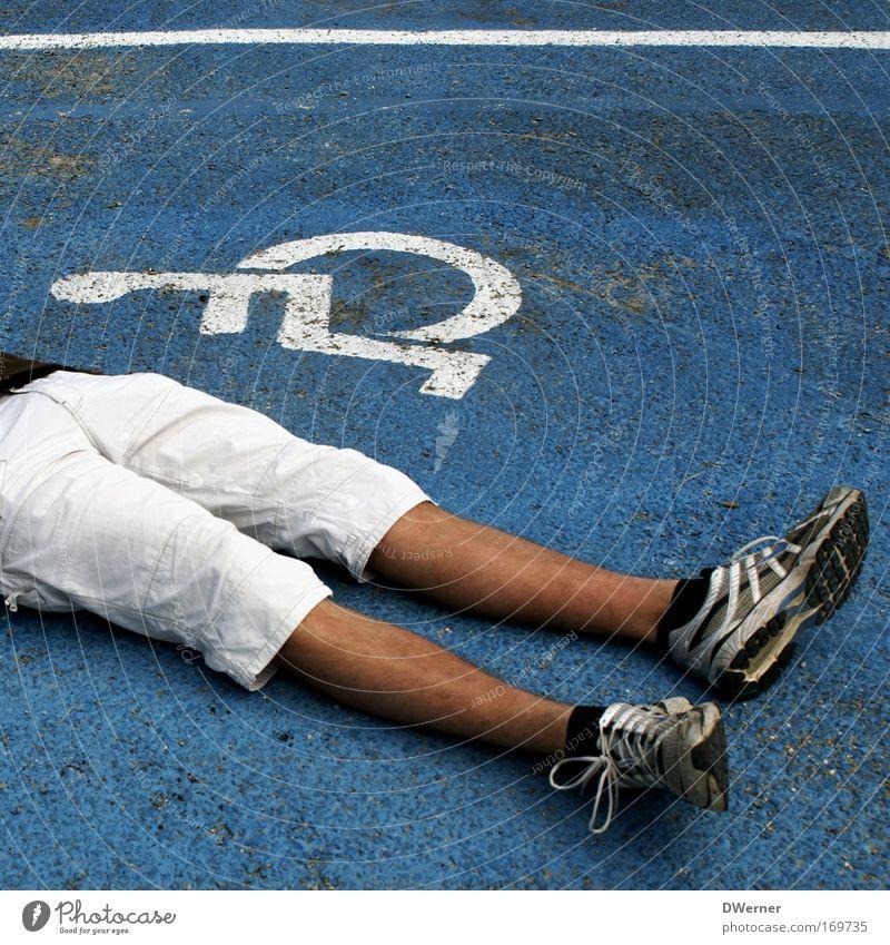 Parkplatz belegt Mensch Jugendliche Sommer Erwachsene Stein Beine Fuß Schuhe maskulin Hinweisschild 18-30 Jahre Gesundheitswesen Stuhl Zeichen Junger Mann