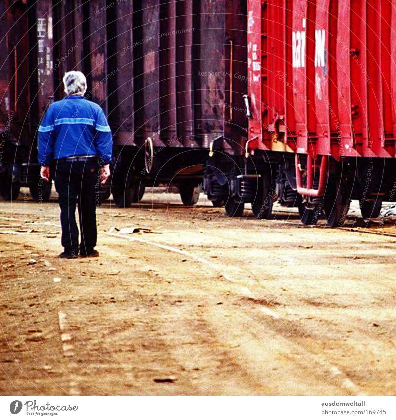 Old Man Mensch Mann Hand Erwachsene Einsamkeit Haare & Frisuren Beine Fuß Rücken Arme Haut maskulin Finger Eisenbahn Industrie Technik & Technologie