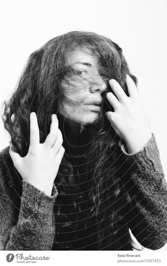 Portrait Blick Frau Mädchen Haare & Frisuren langhaarig Pullover Mode Lifestyle geheimnisvoll Blick in die Kamera Hand Gefühle Auge Identität Kontrast