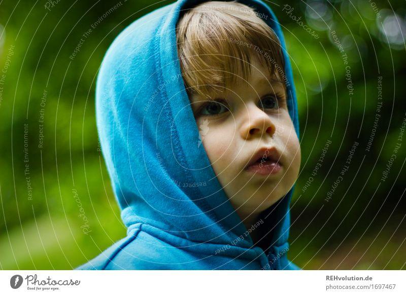 ich hab doch die papuze auf! Mensch Kind Natur blau Pflanze Gesicht Umwelt Gefühle Junge Garten Stimmung maskulin Park Kindheit beobachten Abenteuer