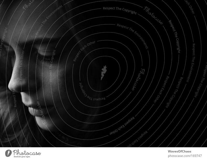 Sanft Mensch Jugendliche schön Gesicht feminin Kopf Traurigkeit Stimmung Schatten Sorge Identität Junge Frau