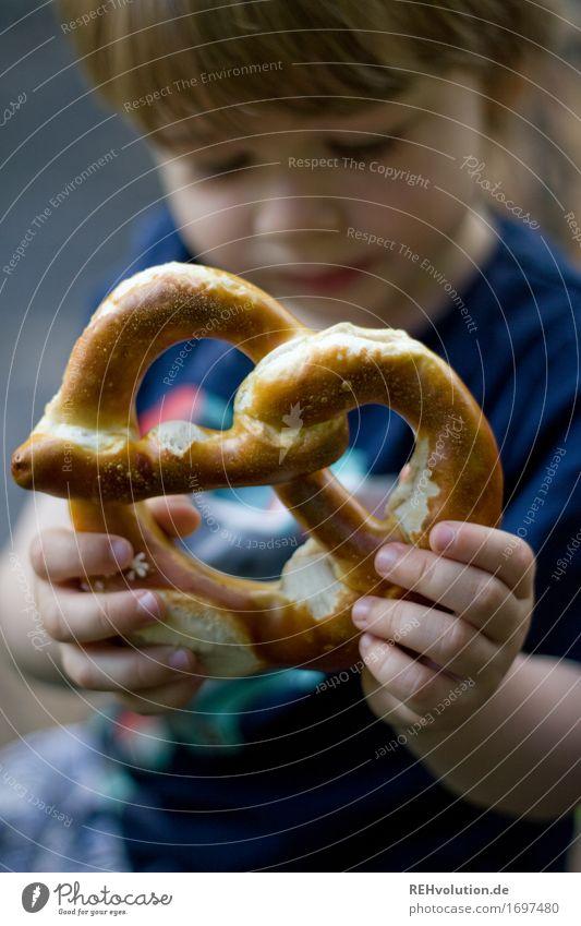 A Brezn Mensch Kind Junge Glück Lebensmittel maskulin Zufriedenheit Ernährung Kindheit lecker festhalten Kleinkind 1-3 Jahre