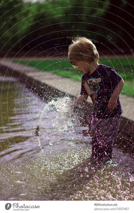 600 | Wasserspaß Mensch maskulin Kind Kleinkind Junge 1 1-3 Jahre Umwelt Natur Schönes Wetter Gras Park Wiese Spielen Glück klein nass Neugier Freude