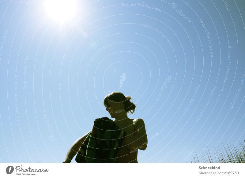 Immer schön trocken rubbeln Mensch Himmel Jugendliche blau Sonne Sommer Strand Erwachsene Erholung feminin Landschaft Gras Glück Küste Freizeit & Hobby