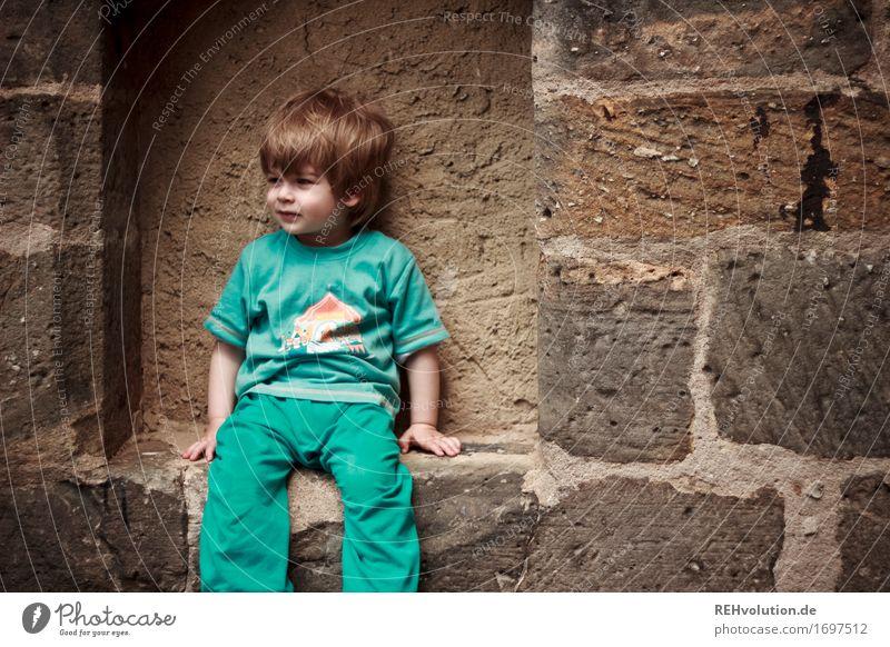 AST 9 | kurze pause Mensch Kind blau Erholung Wand Junge Mauer klein Stein Haare & Frisuren maskulin frei sitzen Kindheit warten beobachten