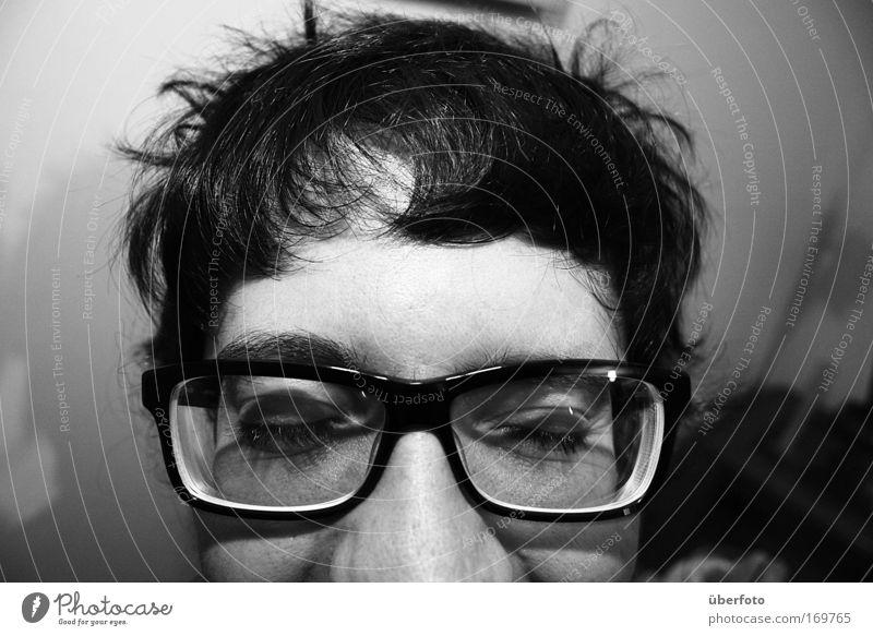 Kopfschmerzen Schwarzweißfoto Innenaufnahme Nahaufnahme Blitzlichtaufnahme Kontrast Schwache Tiefenschärfe Porträt Schielen geschlossene Augen maskulin