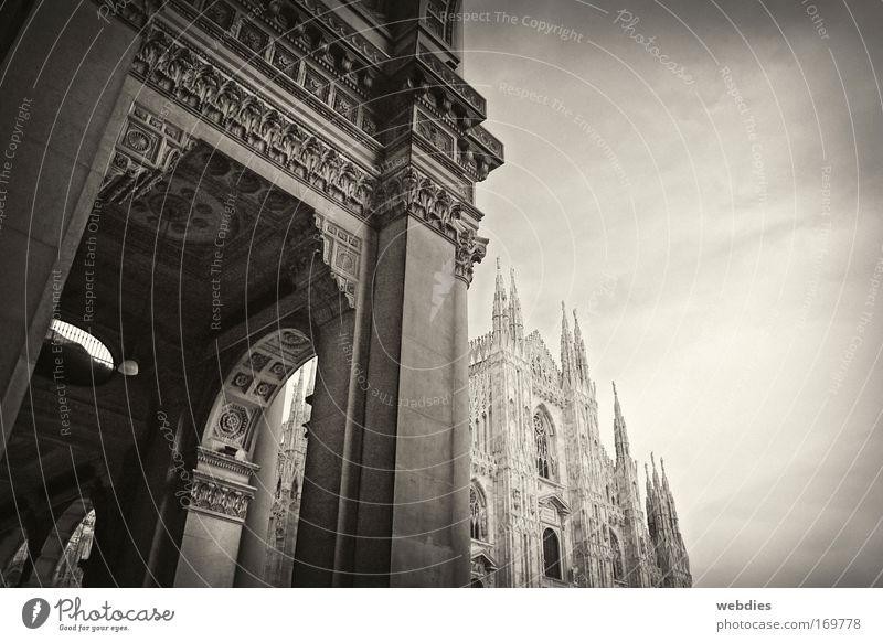 Milano Gedeckte Farben Außenaufnahme Menschenleer Textfreiraum rechts Dämmerung Kontrast Starke Tiefenschärfe Froschperspektive Mailand Italien Dom Gefühle
