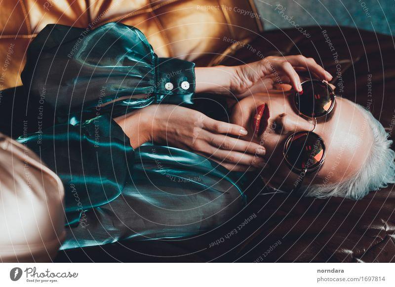 Mode Mädchen mit Sonnenbrille kaufen Stil Freude schön Maniküre Kosmetik Parfum Creme Schminke Lippenstift Krankenpflege harmonisch Zufriedenheit feminin