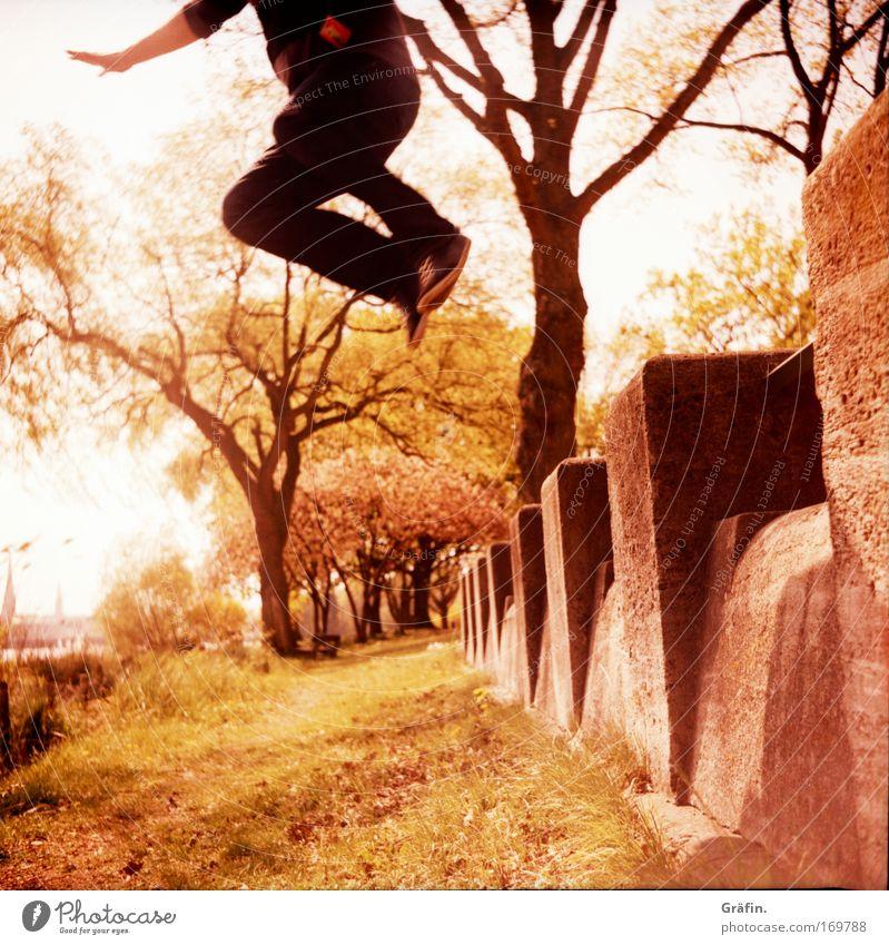 [[HH04.09] hüüühüpf springen Lomografie hüpfen fliegen fallen Mauer Gras Rasen Freude Mann Turnschuh Baum Alster Mittelformat analog elegant hoch Akrobatik
