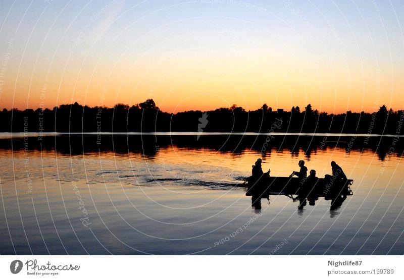 Bootstour am Abend Farbfoto Außenaufnahme Textfreiraum oben Dämmerung Licht Schatten Kontrast Reflexion & Spiegelung Sonnenlicht Sonnenaufgang Sonnenuntergang