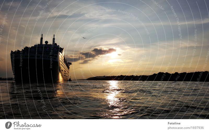 Gute Fahrt Umwelt Urelemente Wasser Himmel Wolken Sonne Sonnenlicht Sommer Küste Flussufer Ferne maritim nass Wärme blau schwarz weiß Schifffahrt Wasserfahrzeug