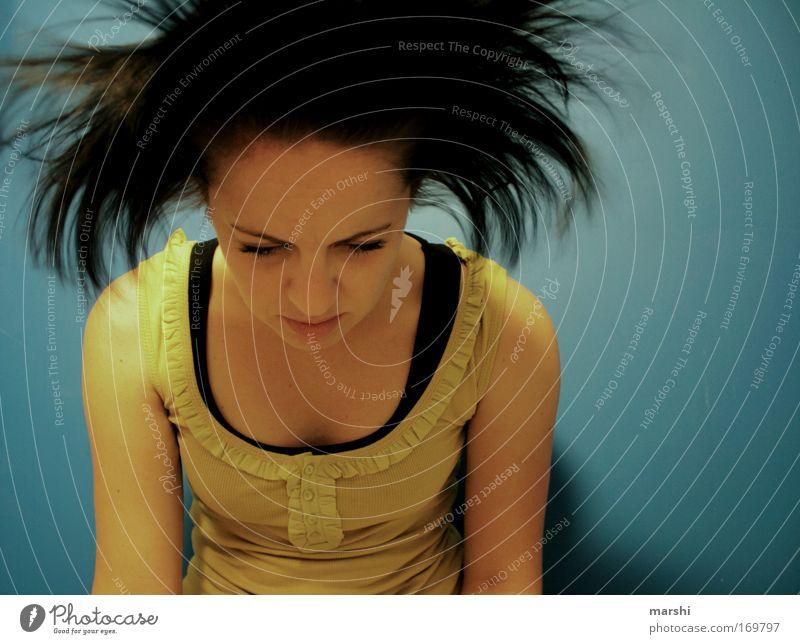 sich mal fallen lassen... Frau Mensch Jugendliche schön blau Gesicht Einsamkeit gelb feminin Gefühle Stil Haare & Frisuren träumen Kopf Traurigkeit Luft