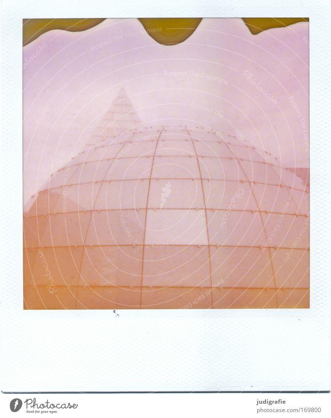 geometrisch Farbfoto Gedeckte Farben Außenaufnahme Experiment Polaroid Menschenleer Tag Hannover Haus Bauwerk Gebäude Architektur Fassade modern rund Spitze