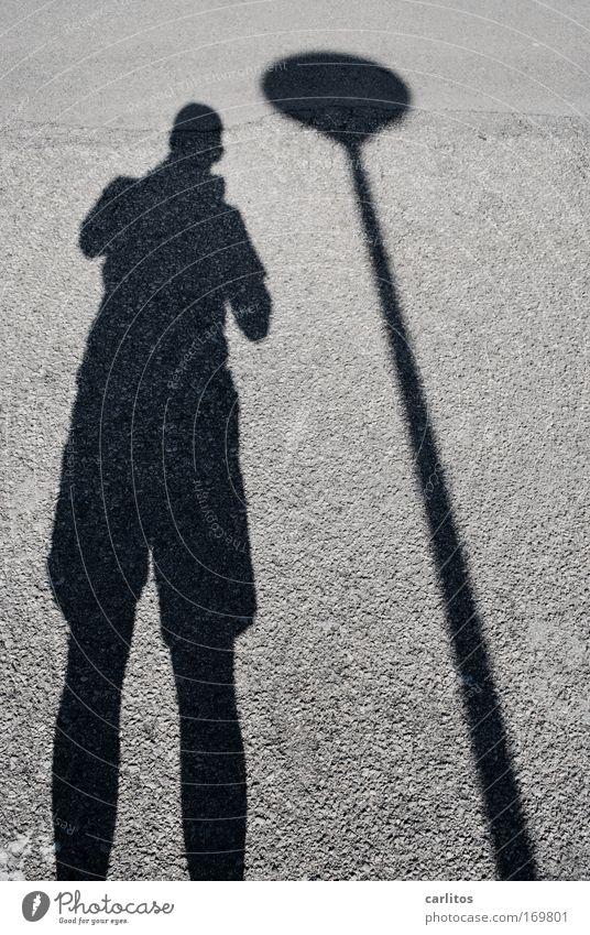 Du hast ja 'nen Schatten ... Muster Kontrast Silhouette Weitwinkel Männlicher Senior Mann Straße beobachten stehen gigantisch unten grau schwarz ruhig