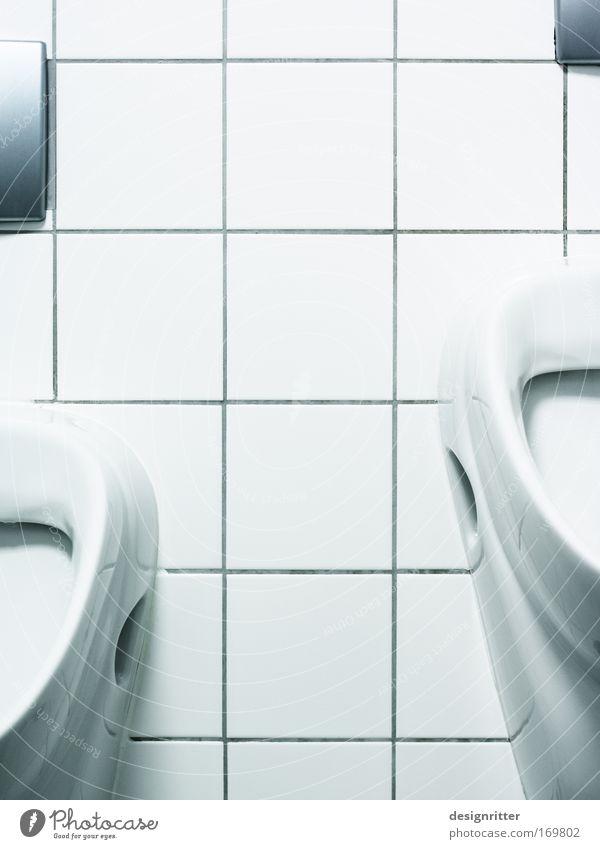 Männersache Mann alt Erwachsene Kindheit Zusammensein dreckig maskulin Wachstum stehen Sicherheit Bad Sauberkeit Schutz Vertrauen Toilette entdecken