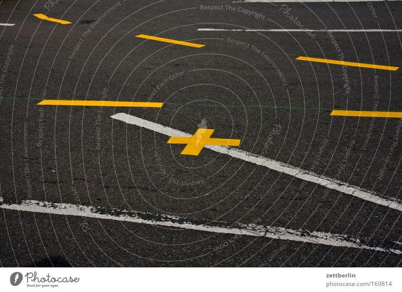 Mehrere Striche und ein Kreuz Straße Straßenverkehr Fahrbahn Fahrbahnmarkierung Schilder & Markierungen Information Linie Richtung Orientierung Wege & Pfade
