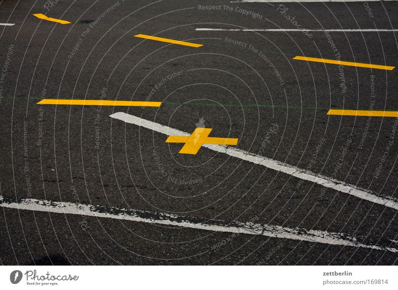 Mehrere Striche und ein Kreuz weiß gelb Straße Wege & Pfade Linie Straßenverkehr Schilder & Markierungen Güterverkehr & Logistik Information Asphalt Richtung