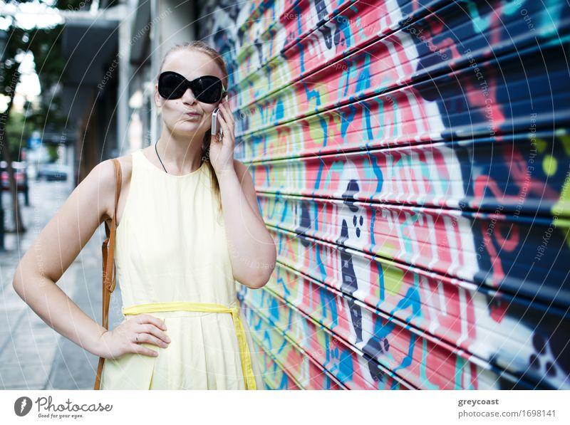 Frau in der Sonnenbrille plaudernd auf einem Mobile Mensch Jugendliche Stadt Sommer schön Junge Frau weiß Mädchen 18-30 Jahre Erwachsene Straße sprechen