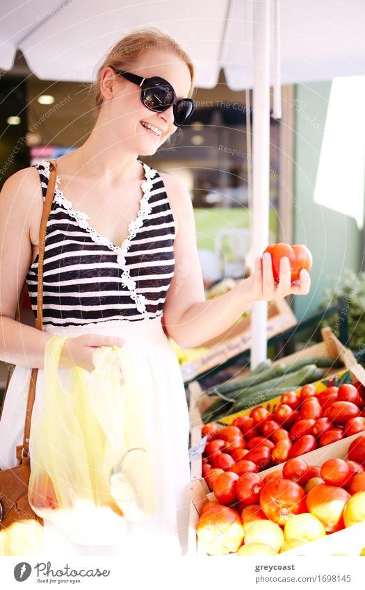 Einkaufen der jungen Frau für frische Tomaten Gemüse Frucht Apfel Getreide Junge Frau Jugendliche Erwachsene 18-30 Jahre Straße wählen elegant Fröhlichkeit