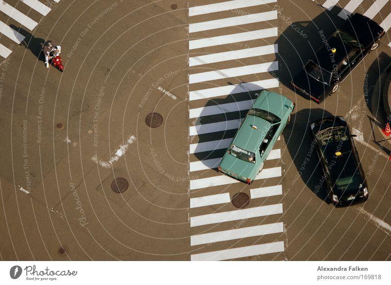 Allein gegen die Mafia Straße Motorrad warten Ordnung Vogelperspektive Verkehrswege Autofahren Öffentlicher Personennahverkehr Kleinmotorrad Straßenkreuzung
