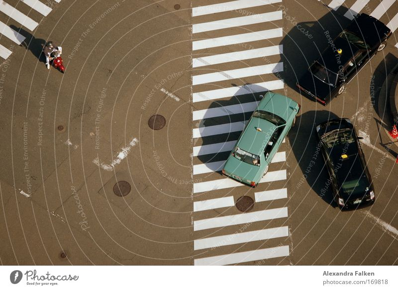 Allein gegen die Mafia Straße Motorrad warten Ordnung Vogelperspektive Verkehrswege Autofahren Öffentlicher Personennahverkehr Kleinmotorrad Straßenkreuzung Taxi Verkehrsmittel Zebrastreifen