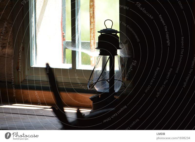 L(e)icht verstaubt Glas sparsam Trauer Öllampe Lampe dunkel Raum Fenster Leuchter Staub Spinngewebe Spinnennetz antik alt Unbewohnt Menschenleer Einsamkeit