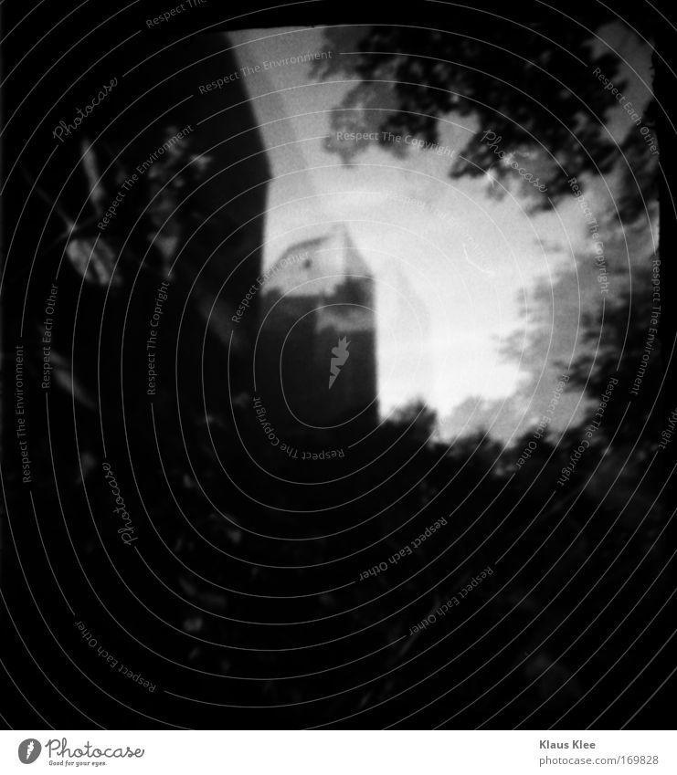 THE NOISE GOES AROUND ::::: Schwarzweißfoto Außenaufnahme Unterwasseraufnahme abstrakt Menschenleer Zettel Roboter Gießkanne Spiegel Glas Pfeil alt gigantisch