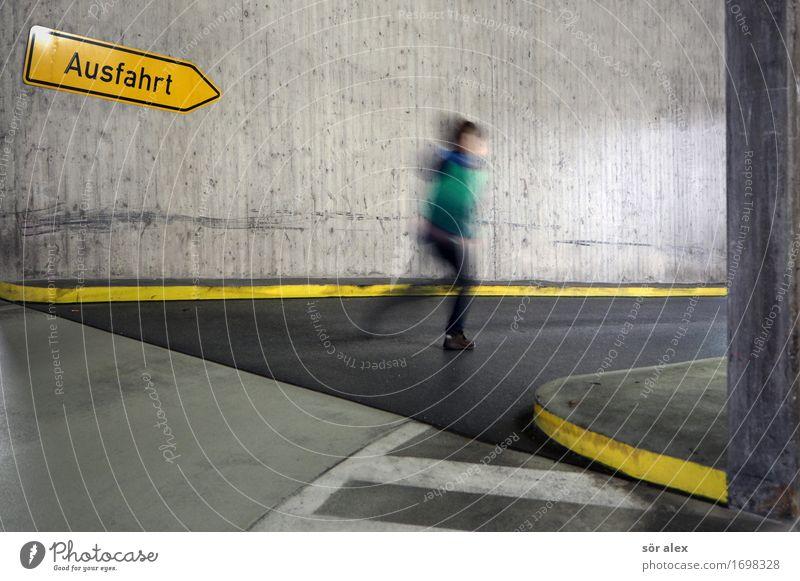 Last Minute Mensch maskulin Kind Junge Kindheit 1 3-8 Jahre Parkhaus laufen Spielen Sport bedrohlich Angst Todesangst gefährlich Stress Nervosität Zukunft