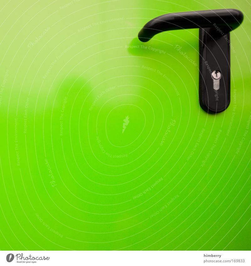 vor verschlossenen türen stehn Farbfoto mehrfarbig Außenaufnahme Nahaufnahme Detailaufnahme abstrakt Textfreiraum links Textfreiraum oben Textfreiraum unten