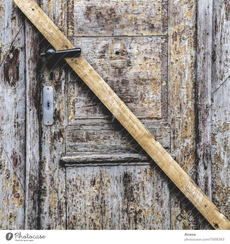 ausweglos Tür Türschloss Schlüsselloch Griff Holzbrett Balken Neigung gruselig braun geschlossen schließen absolut Farbfoto Gedeckte Farben Außenaufnahme