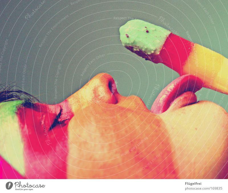 Nein, tu es niiicht! – Zu spät! feminin Junge Frau Jugendliche 1 Mensch Essen genießen färben Kaktuseis gestreift mehrfarbig Kontrast Wassereis rot gelb orange