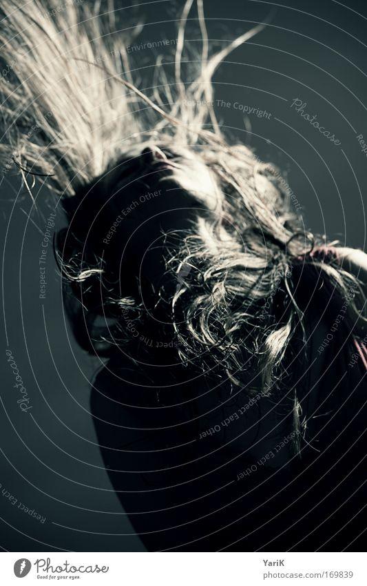 hair-style Farbfoto Gedeckte Farben Innenaufnahme Studioaufnahme Blitzlichtaufnahme Oberkörper Blick nach oben geschlossene Augen Stil Feste & Feiern Tanzen