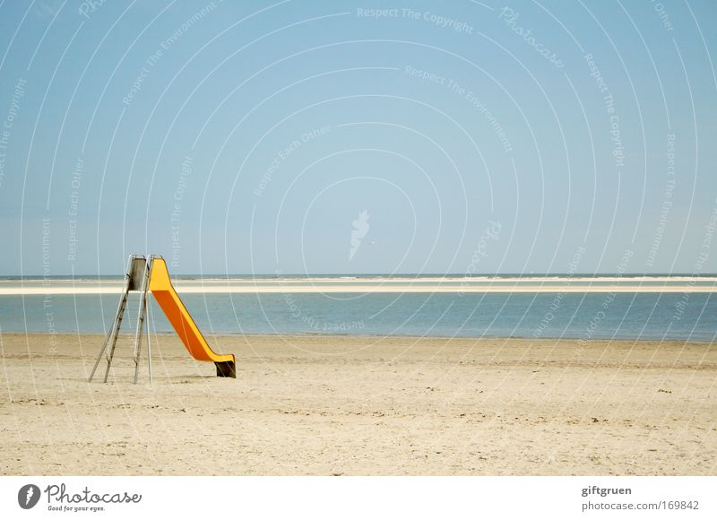 up & down Himmel Meer blau Sommer Freude Strand Ferien & Urlaub & Reisen gelb Erholung Spielen Sand Küste lustig Horizont Fröhlichkeit