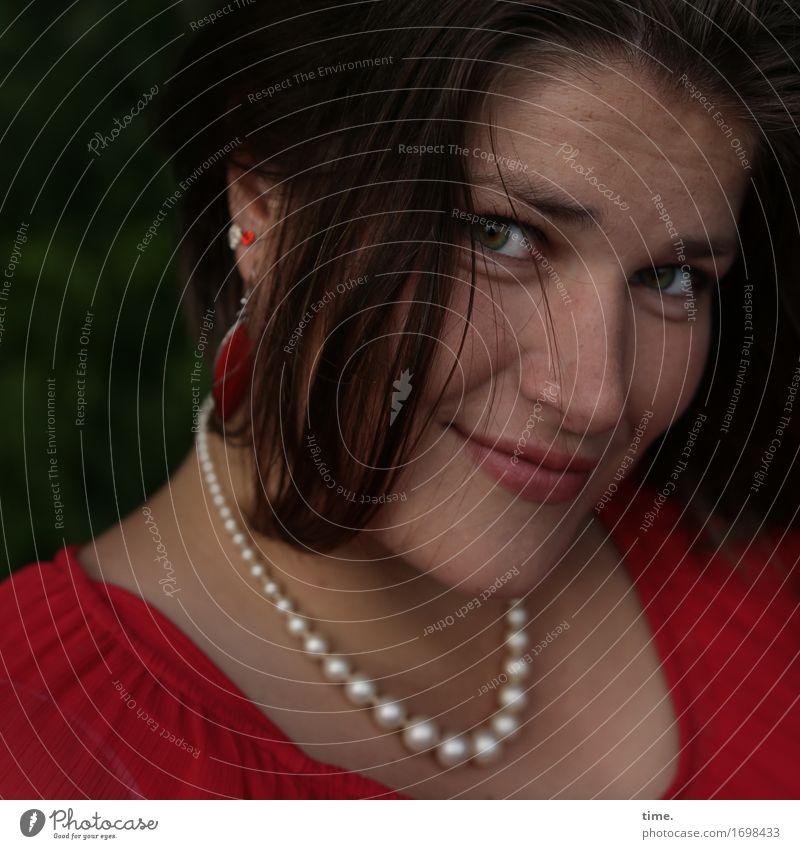 Maria feminin 1 Mensch Kleid Schmuck Ohrringe Halskette Haare & Frisuren brünett langhaarig beobachten Lächeln Blick warten schön Gefühle Glück Zufriedenheit