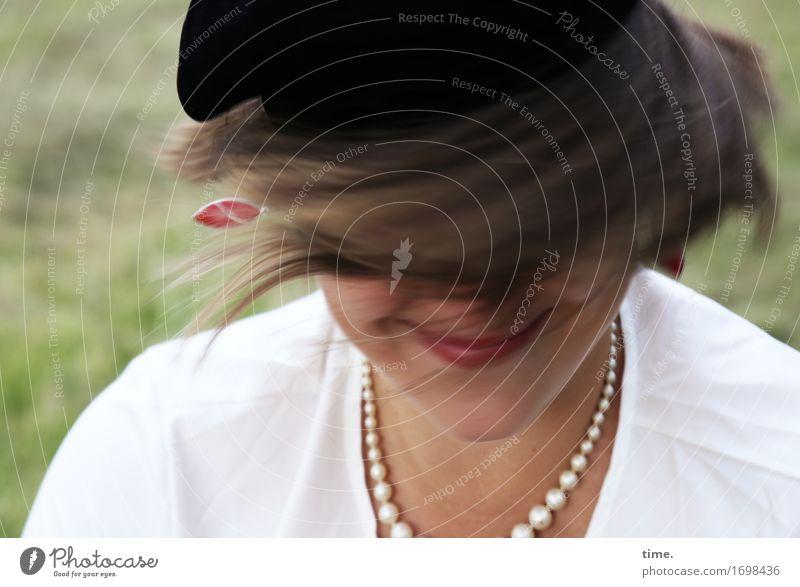 Maria feminin 1 Mensch Wiese Hemd Schmuck Ohrringe Halskette Mütze brünett langhaarig drehen Erholung Lächeln lachen lustig schön verrückt Freude Glück