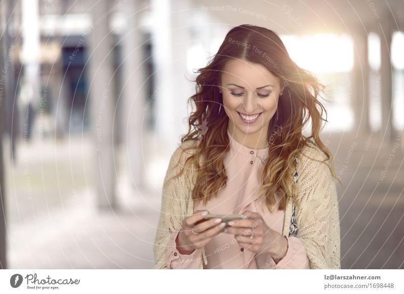 Junge Frau, die an ihrem Handy simst Lifestyle schön lesen Ferien & Urlaub & Reisen Telefon PDA Technik & Technologie feminin Erwachsene 1 Mensch 18-30 Jahre