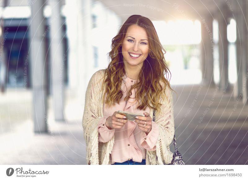 Moderne Frau, die ihr Mobile anhält Mensch Ferien & Urlaub & Reisen Jugendliche Stadt schön 18-30 Jahre Erwachsene Straße feminin Lifestyle modern Aktion