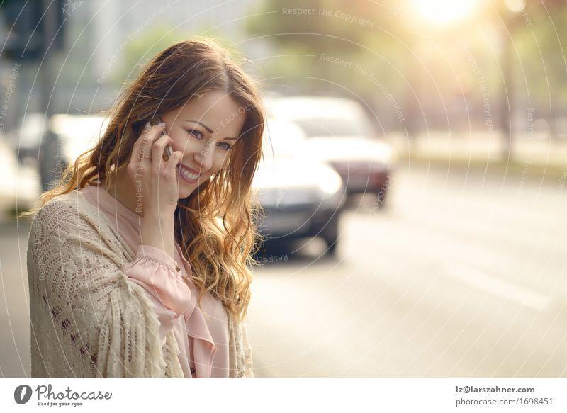 Attraktive junge Frau, die an ihrem Handy spricht Mensch Jugendliche Sommer schön 18-30 Jahre Gesicht Erwachsene Straße Wärme sprechen feminin Glück Verkehr