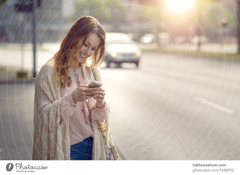 Attraktive junge Frau, die ihr Mobile überprüft Mensch Jugendliche Sommer schön 18-30 Jahre Gesicht Erwachsene Straße Wärme feminin Glück Verkehr Textfreiraum