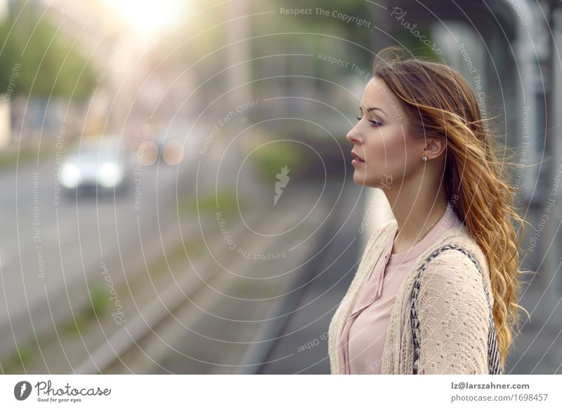Junge Frau, die an einer Station steht Lifestyle Glück schön Gesicht Sommer Technik & Technologie feminin Erwachsene 1 Mensch 18-30 Jahre Jugendliche Wärme